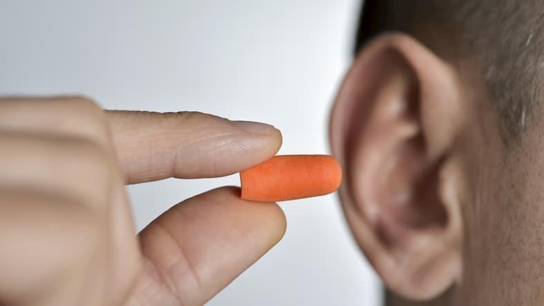 Dlaczego warto korzystać z wkładek blokujących hałas do uszu? Zalety.