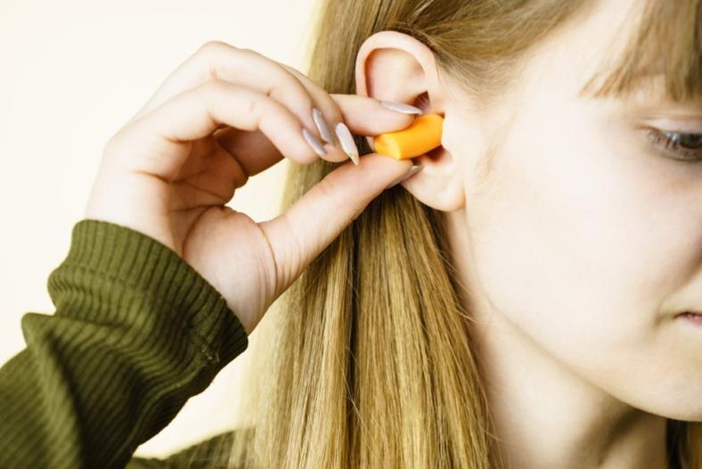 Zatyczki do uszu w pracy biurowej. Dobry czy zły pomysł?